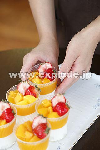 ケーキを並べる手 カフェ